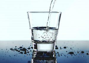 喉が渇いていなくてもこまめに水分を摂る